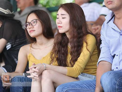 Hoàng Nam 2 tay 2 cúp, bị fan nữ vây ngay trên sân - 3
