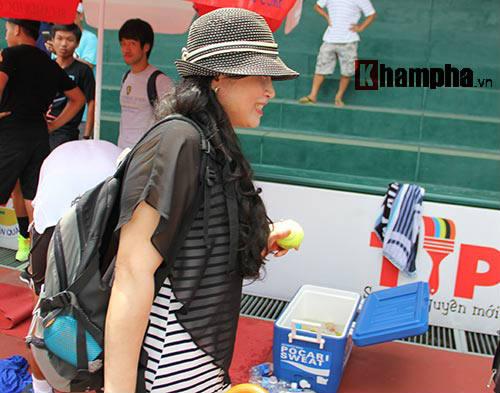 Hoàng Nam 2 tay 2 cúp, bị fan nữ vây ngay trên sân - 7
