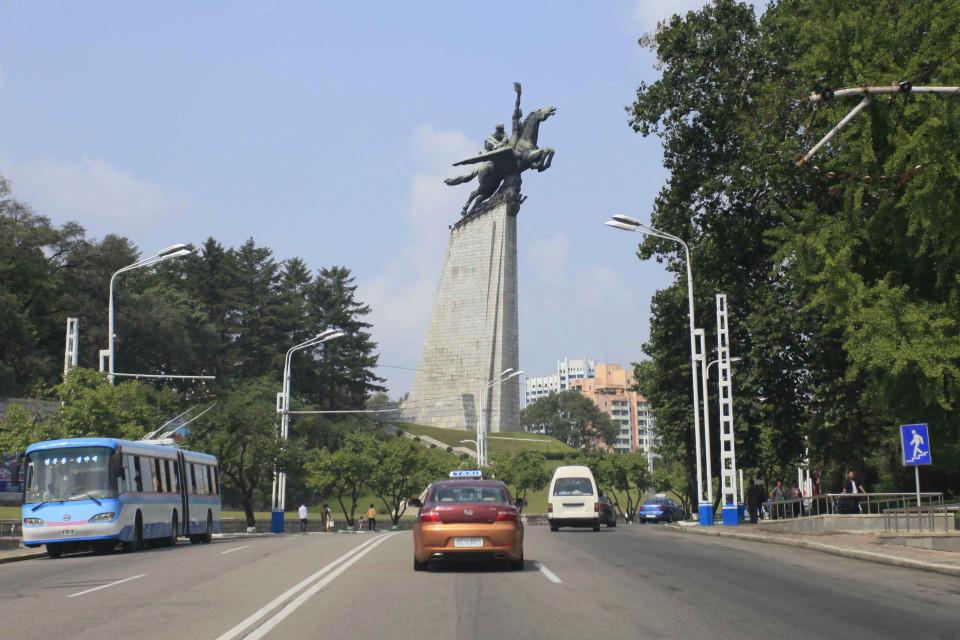 Triều Tiên yêu cầu lái xe 5km/h khi đi qua tượng lãnh đạo - 2