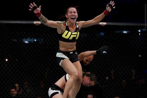 """UFC: Đả nữ """"đáng sợ"""" đánh đối thủ vỡ mặt, đổ máu - 1"""