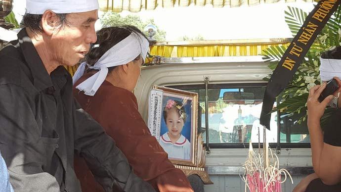 Dòng người kéo dài 3km tiễn đưa 4 bà cháu ở Quảng Ninh - 9