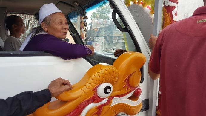 Dòng người kéo dài 3km tiễn đưa 4 bà cháu ở Quảng Ninh - 8
