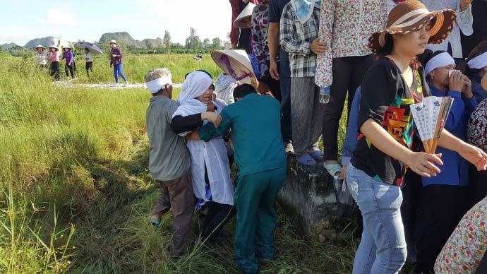 Dòng người kéo dài 3km tiễn đưa 4 bà cháu ở Quảng Ninh - 11