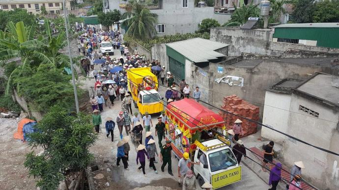 Dòng người kéo dài 3km tiễn đưa 4 bà cháu ở Quảng Ninh - 1