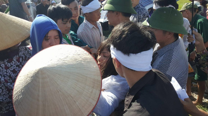 Dòng người kéo dài 3km tiễn đưa 4 bà cháu ở Quảng Ninh - 10