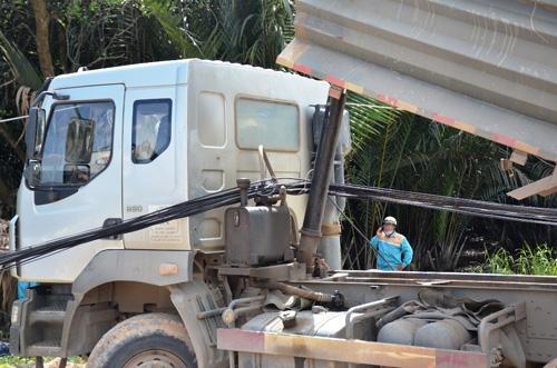 Xe ben quật ngã 8 cột điện ở Sài Gòn, cô gái thoát chết - 2