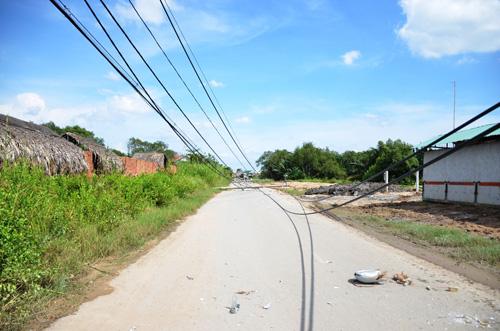 Xe ben quật ngã 8 cột điện ở Sài Gòn, cô gái thoát chết - 3