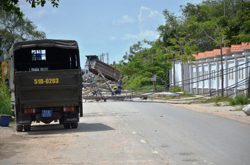 Xe ben quật ngã 8 cột điện ở Sài Gòn, cô gái thoát chết - 1