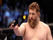 """Thể thao - UFC: Thắng vẫn """"sút"""" trọng tài vì không dừng trận"""