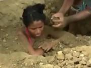 Phi thường - kỳ quặc - Cô gái bị người thân chôn sống để chữa bệnh do sét đánh