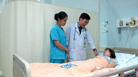 Cách sơ cứu ban đầu cho nạn nhân bị tôn cứa cổ - 1
