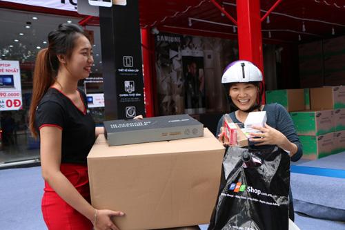 Khách hàng vui mừng khi nhận quà tặng lò vi sóng trong ngày mở bán J7 Prime - 1
