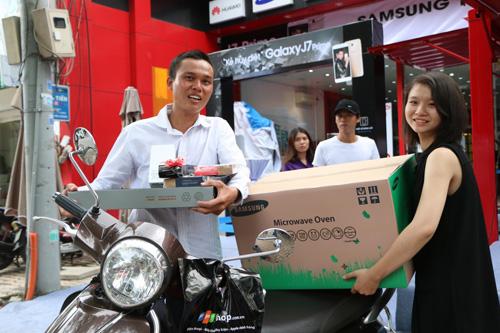 Khách hàng vui mừng khi nhận quà tặng lò vi sóng trong ngày mở bán J7 Prime - 2