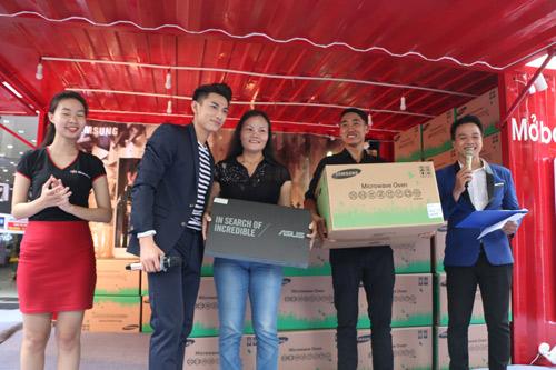 Khách hàng vui mừng khi nhận quà tặng lò vi sóng trong ngày mở bán J7 Prime - 6