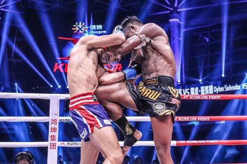 """Nóng: """"Hoàng tử Muay Thái"""" đả bại nhà vô địch Pháp - 1"""