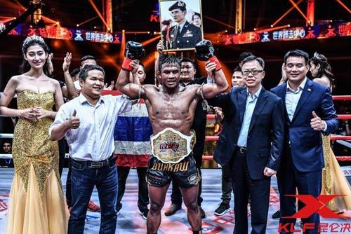 """Nóng: """"Hoàng tử Muay Thái"""" đả bại nhà vô địch Pháp - 11"""