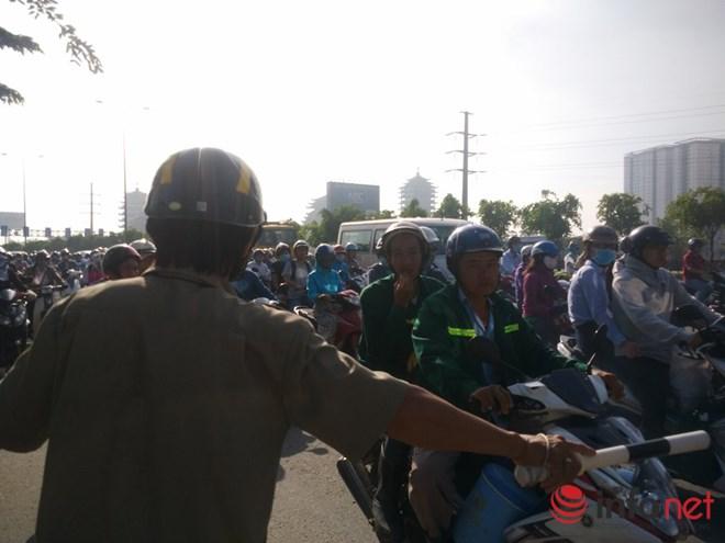 Ông Tây mướt mồ hôi điều tiết giao thông tại cửa ngõ TP.HCM - 1