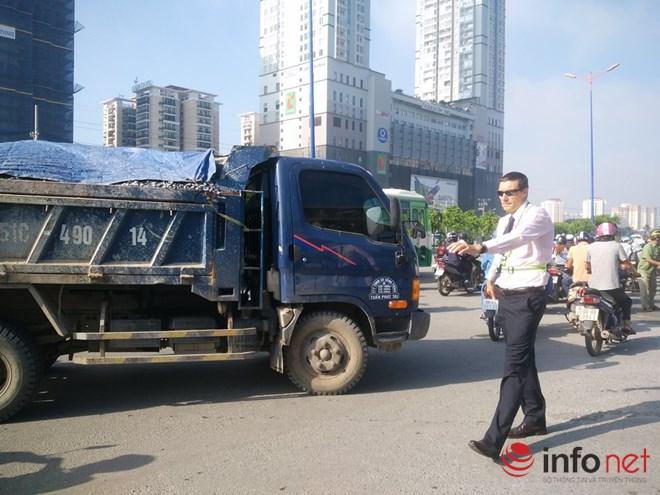 Ông Tây mướt mồ hôi điều tiết giao thông tại cửa ngõ TP.HCM - 11