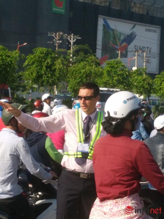 Ông Tây mướt mồ hôi điều tiết giao thông tại cửa ngõ TP.HCM - 2