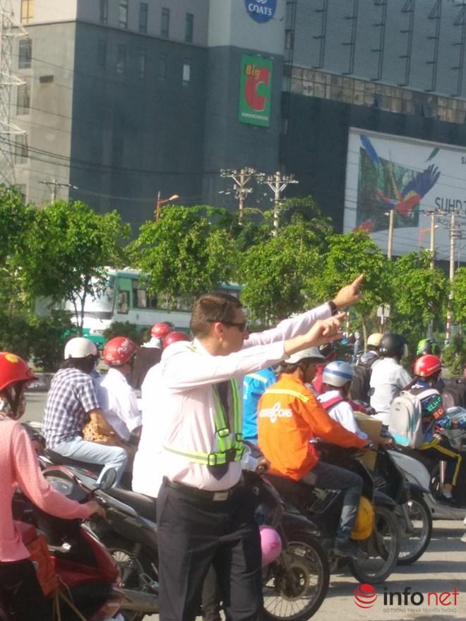 Ông Tây mướt mồ hôi điều tiết giao thông tại cửa ngõ TP.HCM - 8