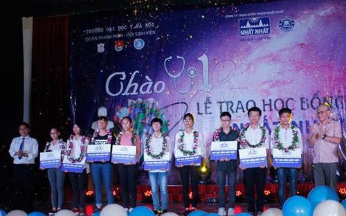 Thủ khoa Đại học Y Hà Nội nhận học bổng từ Nhất Nhất - 1