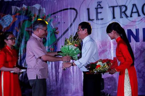 Thủ khoa Đại học Y Hà Nội nhận học bổng từ Nhất Nhất - 2