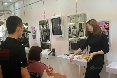 """Gái xinh TQ """"ném"""" 7 tỷ để tranh chỗ trong tiệm tóc - 4"""