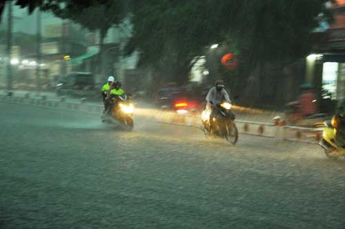 Mưa như trút nước, đường phố Sài Gòn thành sông - 8