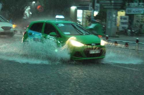 Mưa như trút nước, đường phố Sài Gòn thành sông - 11