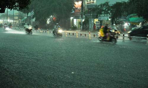 Mưa như trút nước, đường phố Sài Gòn thành sông - 14