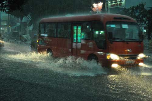Mưa như trút nước, đường phố Sài Gòn thành sông - 2