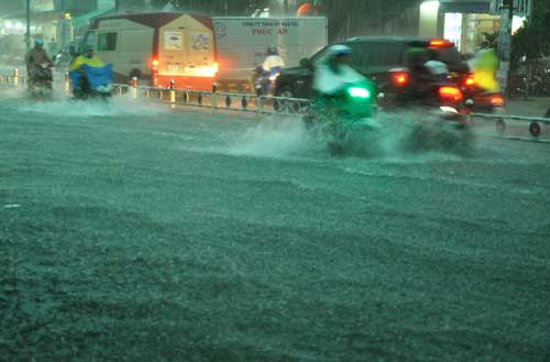 Mưa như trút nước, đường phố Sài Gòn thành sông - 12