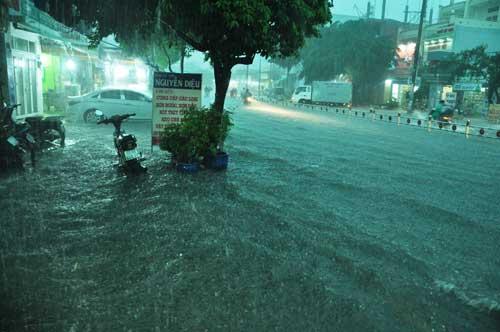 Mưa như trút nước, đường phố Sài Gòn thành sông - 3