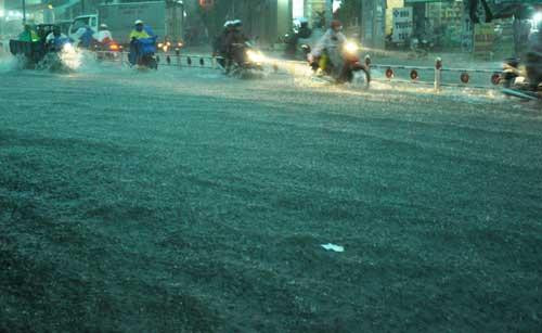 Mưa như trút nước, đường phố Sài Gòn thành sông - 1