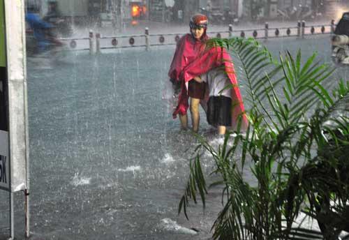 Mưa như trút nước, đường phố Sài Gòn thành sông - 4