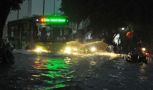 Mưa như trút nước, đường phố Sài Gòn thành sông - 13