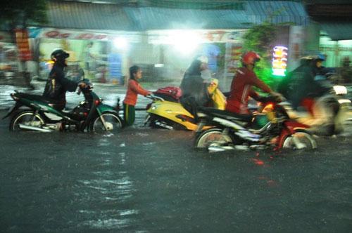 Mưa như trút nước, đường phố Sài Gòn thành sông - 9