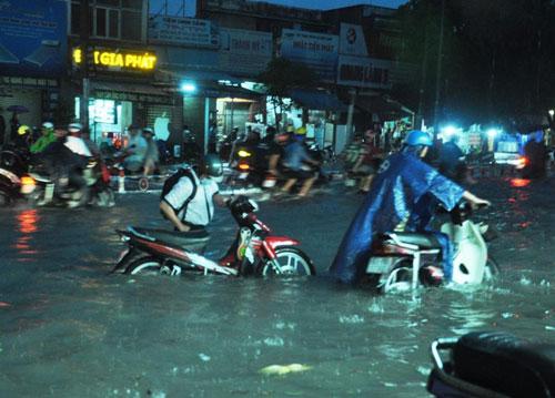 Mưa như trút nước, đường phố Sài Gòn thành sông - 10