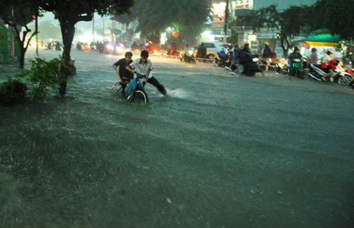 Mưa như trút nước, đường phố Sài Gòn thành sông - 5