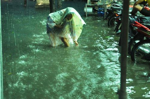 Mưa như trút nước, đường phố Sài Gòn thành sông - 7