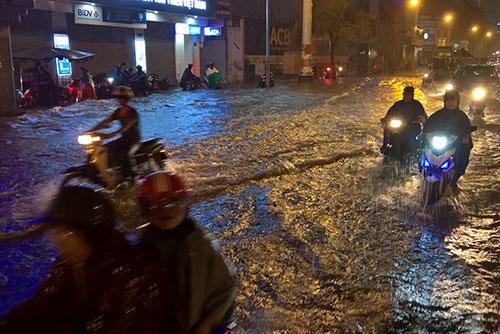 """Clip: Người Sài Gòn """"bơi"""" về nhà sau trận ngập lịch sử - 3"""