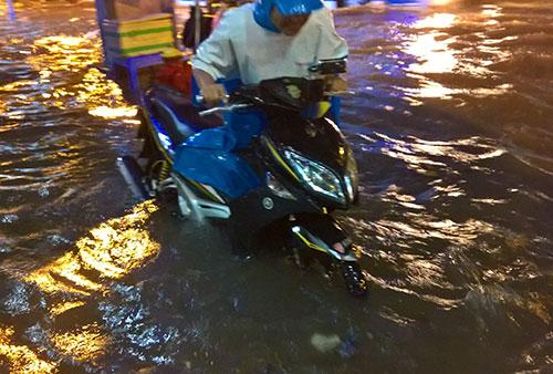 """Clip: Người Sài Gòn """"bơi"""" về nhà sau trận ngập lịch sử - 5"""