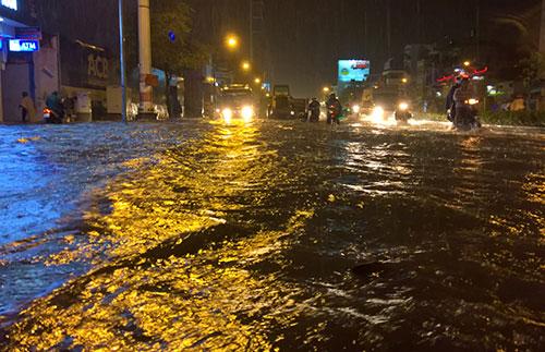 """Clip: Người Sài Gòn """"bơi"""" về nhà sau trận ngập lịch sử - 4"""