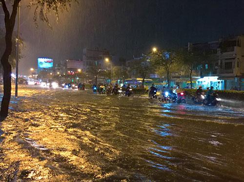 """Clip: Người Sài Gòn """"bơi"""" về nhà sau trận ngập lịch sử - 2"""
