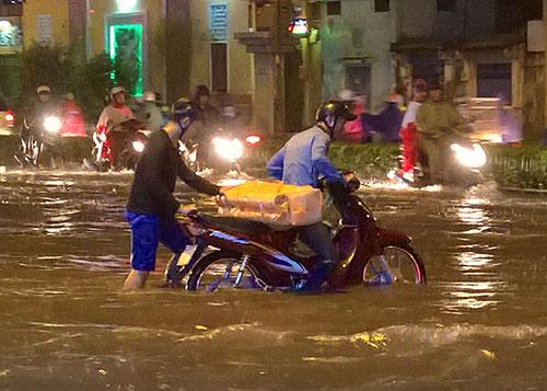 """Clip: Người Sài Gòn """"bơi"""" về nhà sau trận ngập lịch sử - 6"""