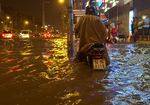 """Clip: Người Sài Gòn """"bơi"""" về nhà sau trận ngập lịch sử - 7"""