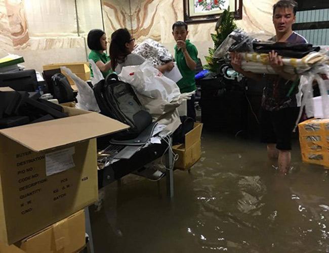 Ngày 26.9, mưa lớn kéo dài suốt hàng giờ đồng hồ ở TPHCM khiến nhiều khu vực chìm trong biển nước. Không chỉ các tuyến đường ở khu trung tâm mà nhiều nhà dân ở vùng đất cao cũng không thoát khỏi cảnh ngập.  Căn biệt thự 60 tỷ & nbsp;của Đàm Vĩnh Hưng ở quận 10, TPHCM cũng rơi vào hoàn cảnh tương tự. & nbsp;
