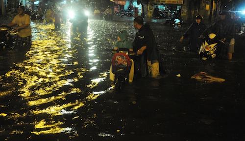 Dân Sài Gòn bất lực nhìn biển nước bao vây - 3