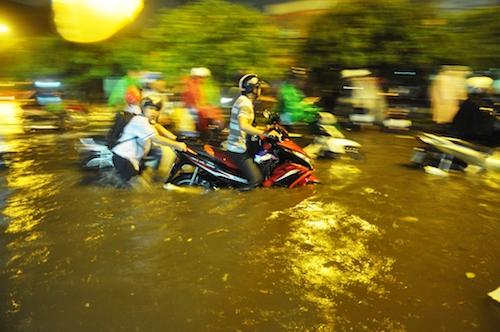 Dân Sài Gòn bất lực nhìn biển nước bao vây - 2