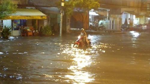 Dân Sài Gòn bất lực nhìn biển nước bao vây - 6